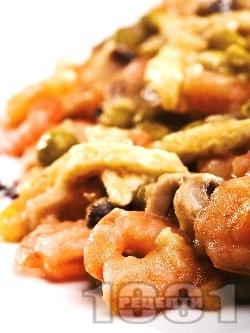 Пържени дребни скариди пане в белтък и картофено пюре на прах по китайски с грах, моркови и сушени черни гъби - снимка на рецептата